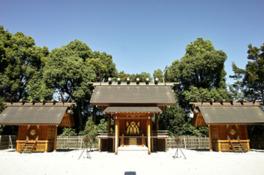 本殿三殿。中央に天照大御神、東に月読尊、西に須佐之男尊をお祀りする