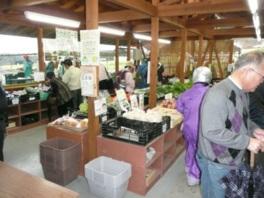 農産物直売所で新鮮野菜の購入も可能