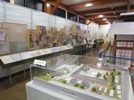 養蚕の歴史や富岡製糸場の模型などが展示されている