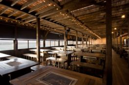 シーサイドバーベキュー「海床」は2階建て、約1200席を用意