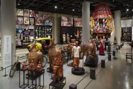世界各地から収集した民族衣装などが並ぶ