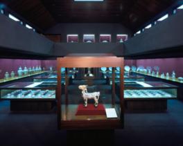 本館では伊萬里・鍋島の名品が常時約400点展示されている