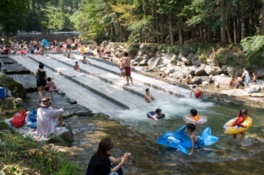 川を利用した自然プールで水遊び