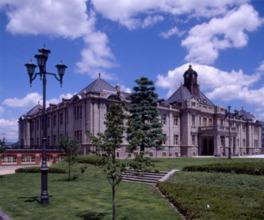 石とレンガの外観が印象的な旧県庁舎