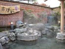 岩に囲まれた純和風の風情ある露天風呂。湯は毎朝取り替えている