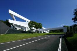 自然に調和するよう設計された三角形の建物