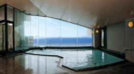 展望大浴場のガラス越しに水平線、伊勢の島々が見渡せる