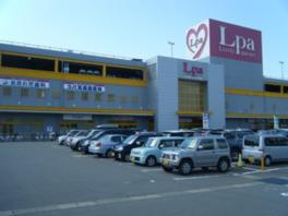 国道8号線に面したショッピングセンター
