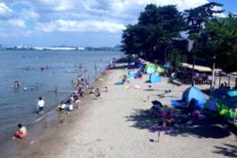 遠浅の浜辺なので子供も安心