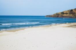 真っ白な砂浜とコバルトブルーの海が美しい海水浴場