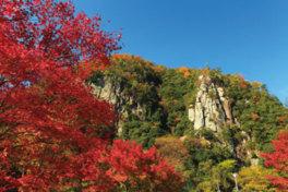 そそり立つ雄大な岩に紅葉がよく映える