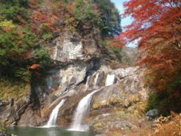 赤や黄に染まる山々の間を流れ落ちる滝に圧倒
