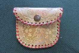 染めて作る革のコインケース