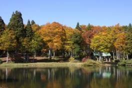 スタカ湖畔の水面に映る紅葉