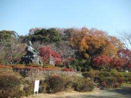 頼朝像を紅葉した木々が取り囲む
