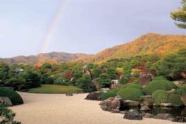 借景の山々と調和する秋の枯山水庭