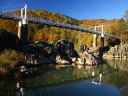 白い吊り橋と紅葉のコントラストがおりなす絶景