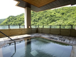 ホテル最上階の展望露天風呂からは渓谷を一望できる