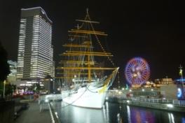 帆船日本丸がイルミネーションで光り輝く