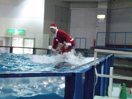 サンタがイルカに乗って登場する「サンタサーフィン」