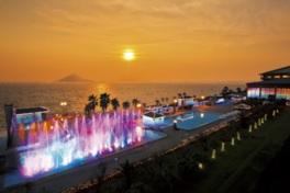 富士山をバックにした8つのジェット噴射が迫力の噴水ショー