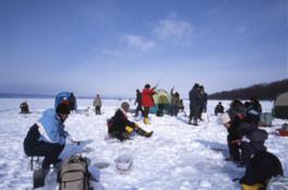 女満別湖畔「氷上わかさぎ釣り」