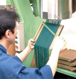 厳選した天然香料を吟味し、職人の手で作られる松栄堂の高級線香