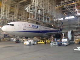 格納車庫で、大型飛行機を間近に見学。