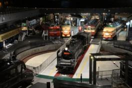 転車台に乗ったC57形式蒸気機関車の回転実演は必見