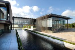 運河を挟んで西側のギャラリー棟、東側の美術館棟で構成