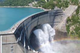 ダム展望台から見る観光放水。美しい弧を描くその雄姿で長年ファンに愛されている