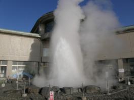 間欠泉の噴出を間近で見られるのは、やはり貴重な体験