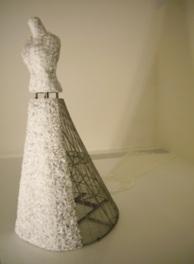 ドレスを軸としたテーマのガラス美術を見ることができる