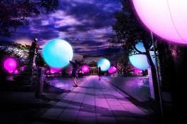 チームラボ 大村の神社に浮遊する球体、呼応する城跡と森