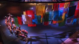 86組のアーティストによる約180点の作品を9つのセクションで紹介する