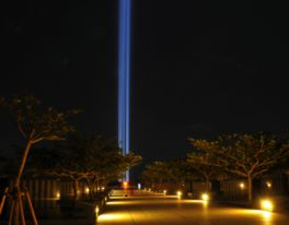 平和の光の柱-慰霊の日