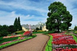 季節の花々が咲き乱れるヨーロッパ風の花畑