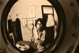 自宅応接室の凸面鏡に映る澁澤龍彥