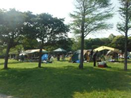 バーベキューもできるキャンプ場は広々としている