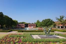 庭園にはバラやツバキなど四季折々の花が咲く