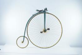 自転車は人間の移動の考え方を変えつつ、その黎明期から各種の競技会も開催され続けている