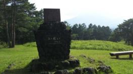 『丘を越えて』歌碑。作詞者の島田芳文は晩年を浅間高原で過ごした