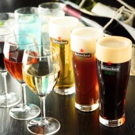 ビールだけでなく多彩なカクテルも味わえる