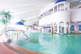 リゾート感溢れる温水プールで常夏気分