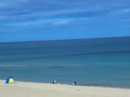 長く白い砂浜が続く海水浴場