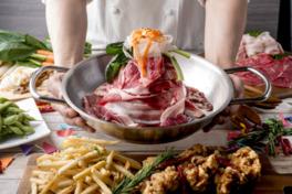 見上げるビアガーデン名物の「肉祭り焼きしゃぶ鍋」