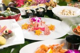 色とりどりのハワイアン料理やカクテルが並ぶ