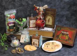 プリントクッキーBOX(写真右前、648円)など、札幌限定商品も見逃せない
