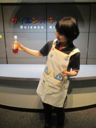 リンゴジュースやワイン等身近な飲み物が赤や黄色や緑に変わる美しい実験ショー「色のマジック」