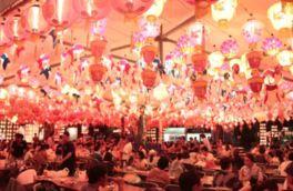 ランタンの灯りで会場は幻想的な雰囲気に包まれる
